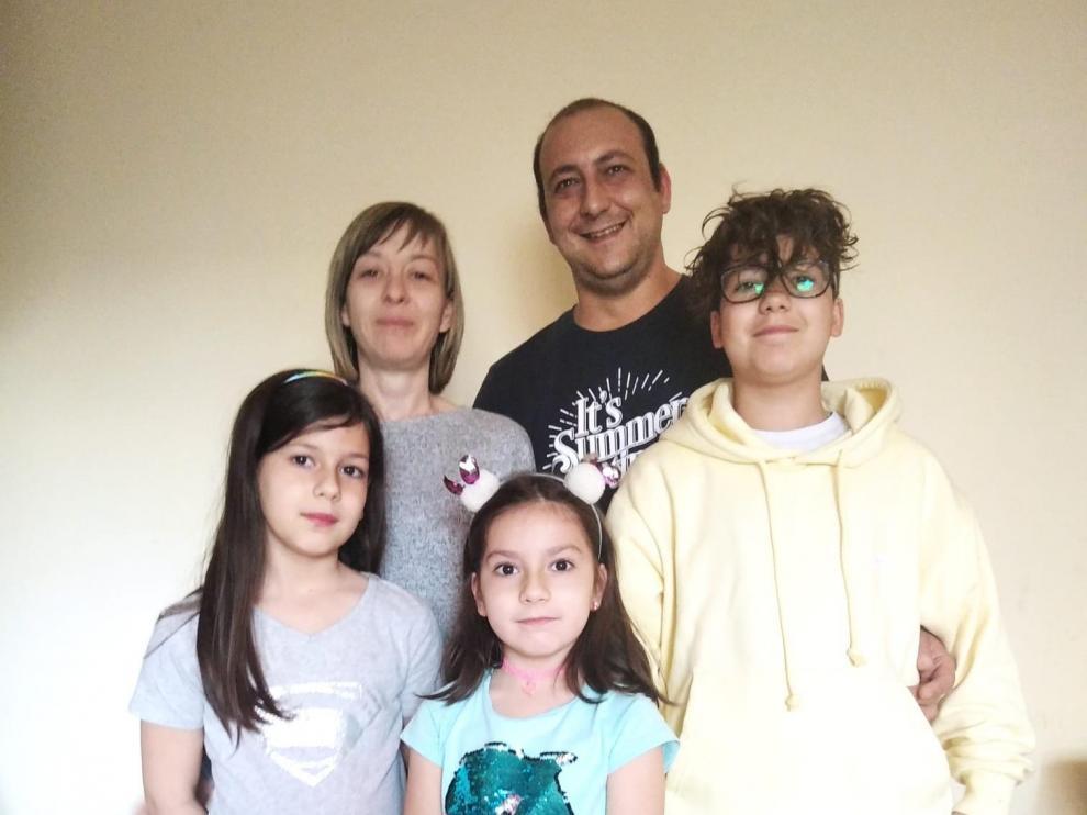 La familia zaragozana que se traslada a Camarena de la Sierra para regentar la panadería municipal.