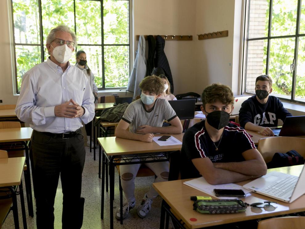 Francho Nagore, en la Facultad de Ciencias Humanas y de la Educación de Huesca, con sus alumnos de 1º de Magisterio de Educación Primaria