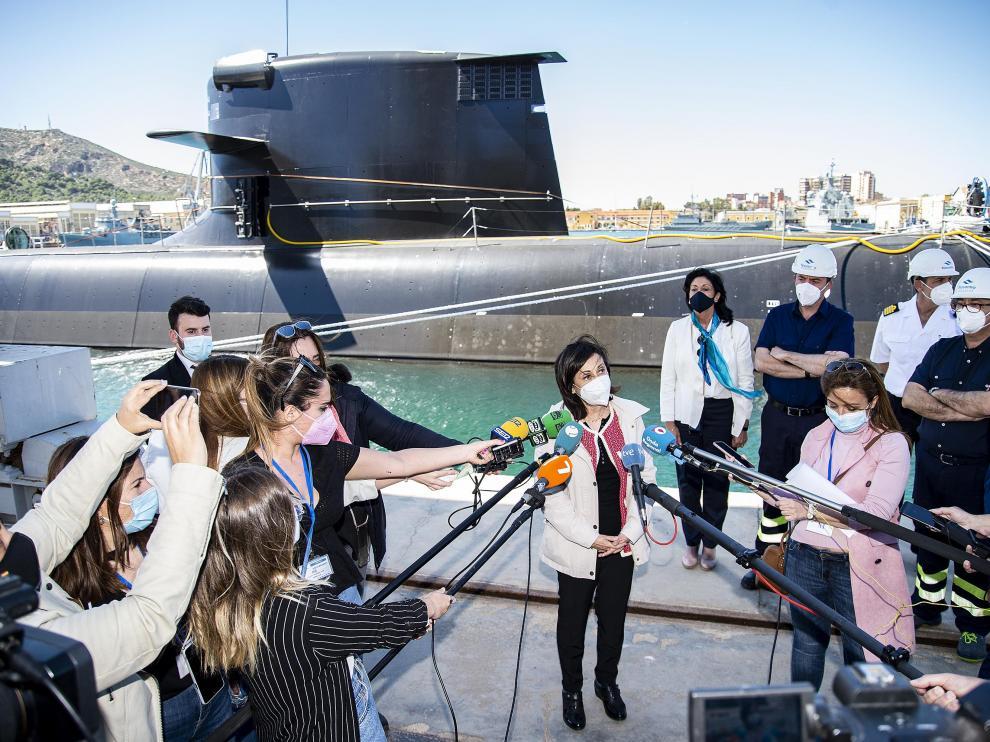 Margarita Robles atiende a los medios en su visita al submarino