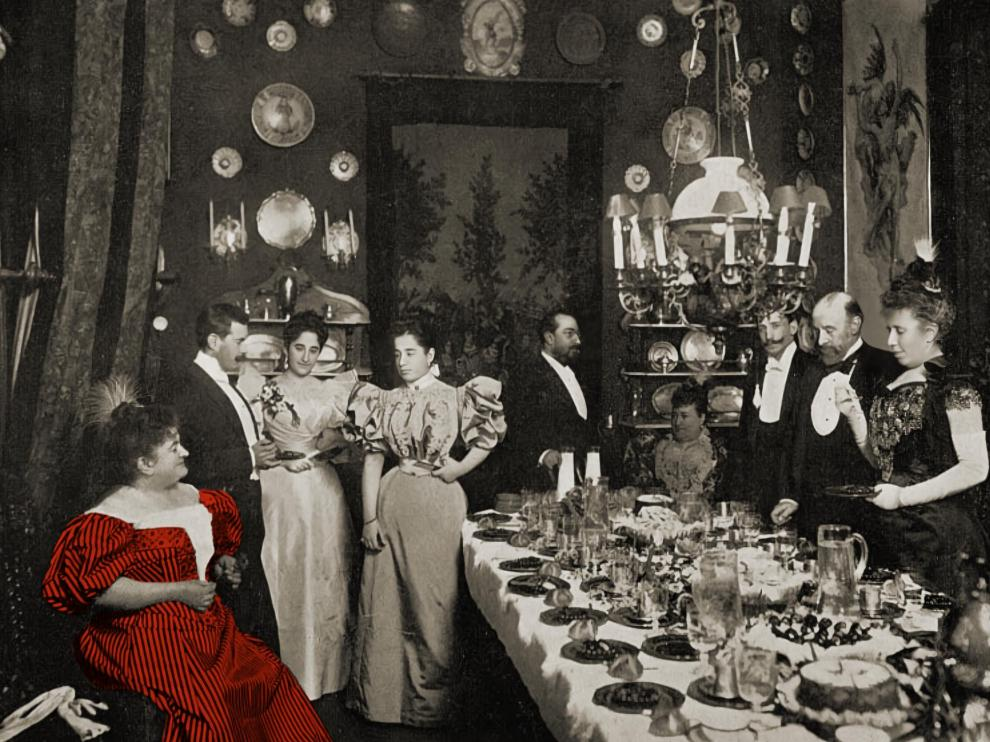 Emilia Pardo Bazán (con el vestido coloreado en rojo), en una comida en su casa.
