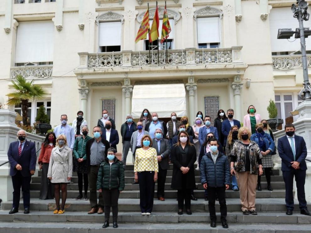 Foto de familia de representantes de las 28 entidades que forman parte de Cadis Huesca junto a las autoridades para celebrar el 25 aniversario.