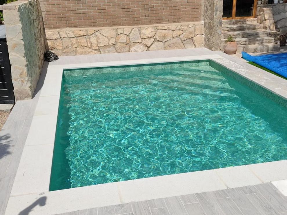 Una piscina construida por la empresa aragonesa Piscinas Alpuente.