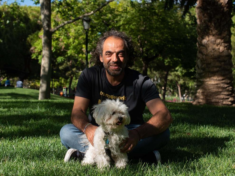 Carlos Pauner con su perra Noa, en la plaza de los Sitios de Zaragoza