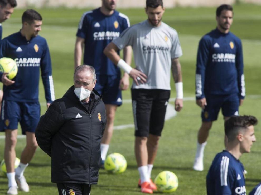Jim, entre los futbolistas del Real Zaragoza, en el entrenamiento de este lunes.