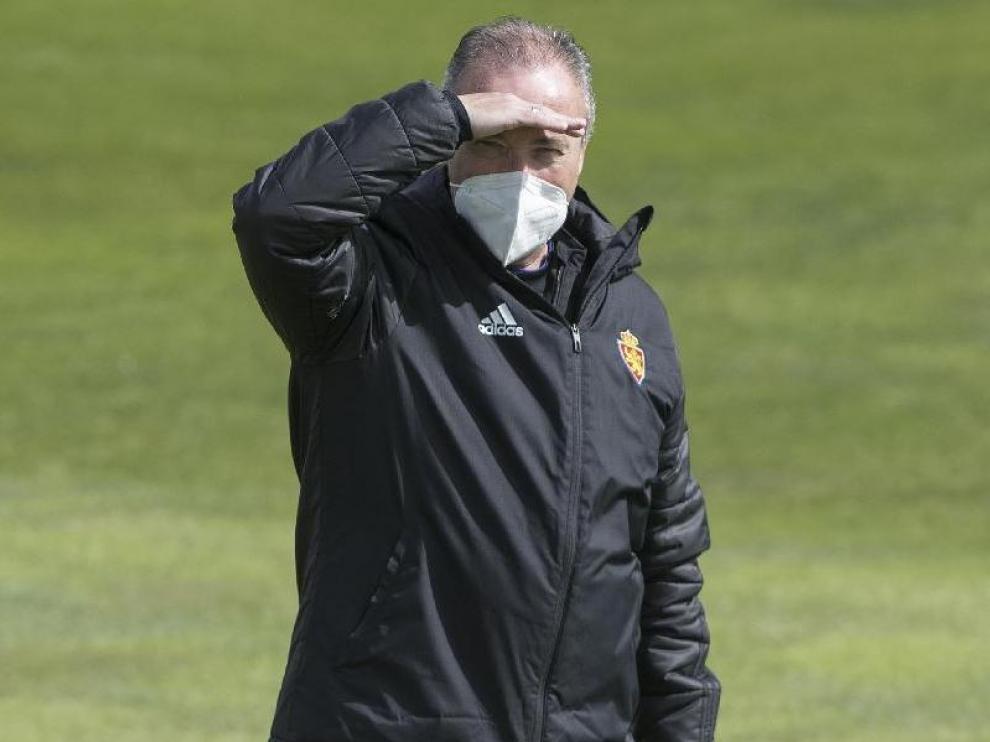 Juan Ignacio Martínez se protege del sol en el entrenamiento del equipo.