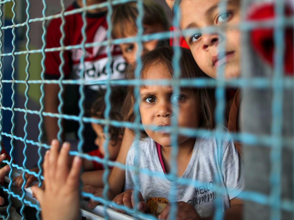 Niños palestinos se refugian de los bombardeos en una escuela de la ONU.