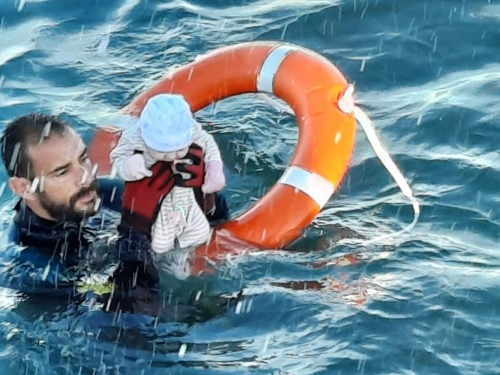 Un submarinista de la Guardia Civil rescata a un bebé en el mar de Ceuta.