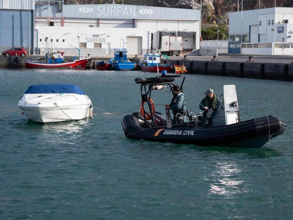 Agentes de la Guardia Civil remolcan la embarcación del padre de Anna y Olivia, las niñas desaparecidas en Tenerife.