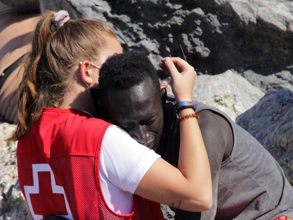 Luna, la voluntaria de la Cruz Roja que consoló en su desesperación al chico africano llegado a nado a España.