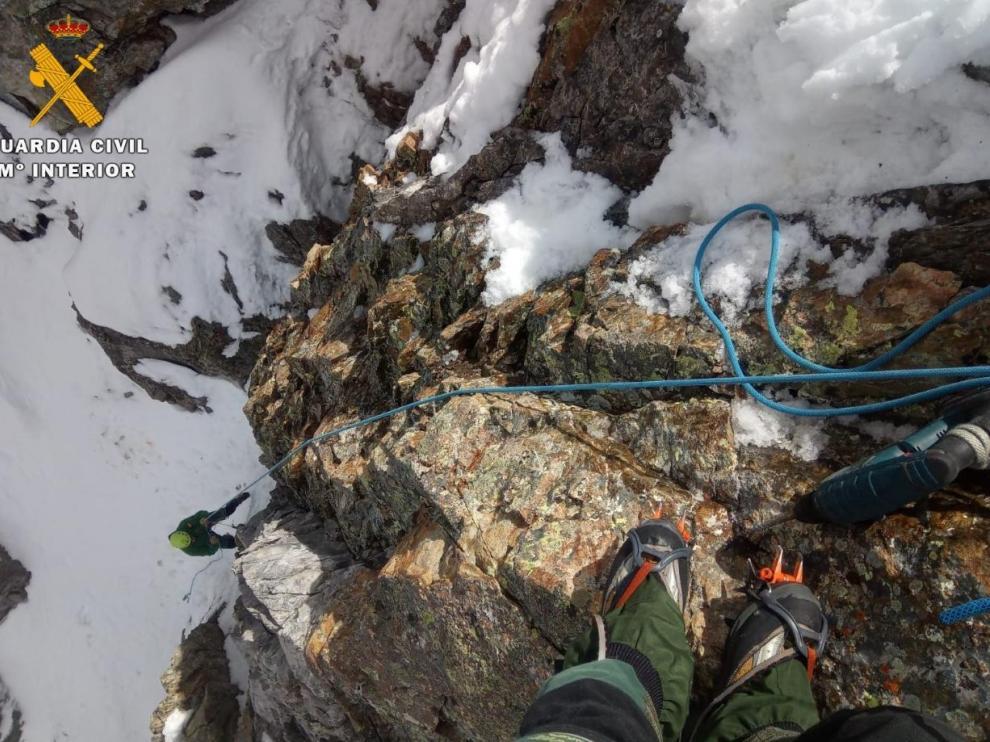 Imagen del rescate de un perro de un montañero en el pico Infiernos tras una caída de 20 metros por un corredor nevado.