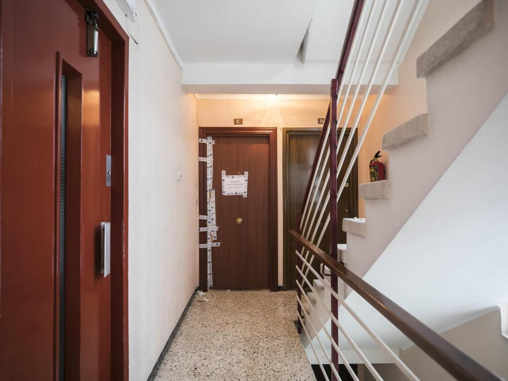 Al fondo, la puerta del piso en el que se produjo el asesinato de Katia.