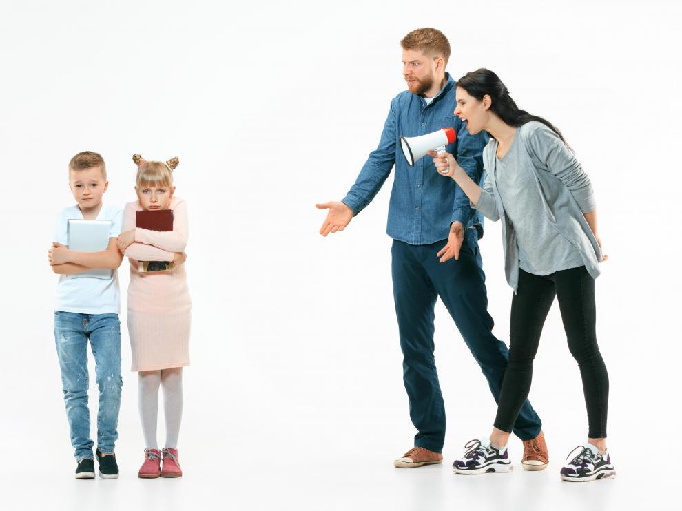 El agotamiento parental provoca el distanciamiento emocional con los hijos y la aparición de dudas sobre la capacidad como padres.