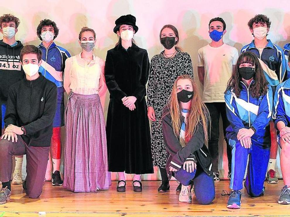 Alumnos y alumnas participantes en el proyecto Erasmus+ de teatro trilingüe del colegio M. M. Rosa Molas.
