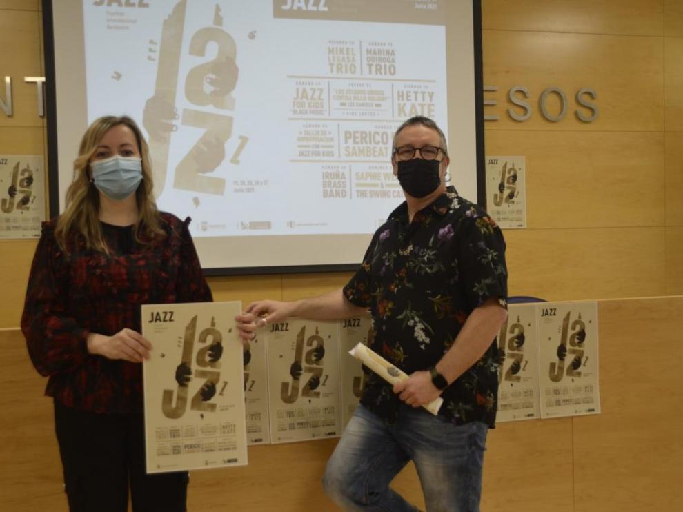 Pilar Abad y Javier Girao, con el cartel del festival
