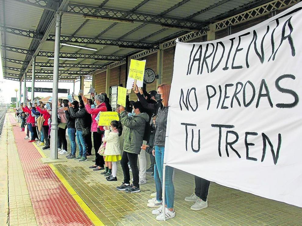Una de las movilizaciones del pasado domingo para exigir la recuperación de los trenes regionales