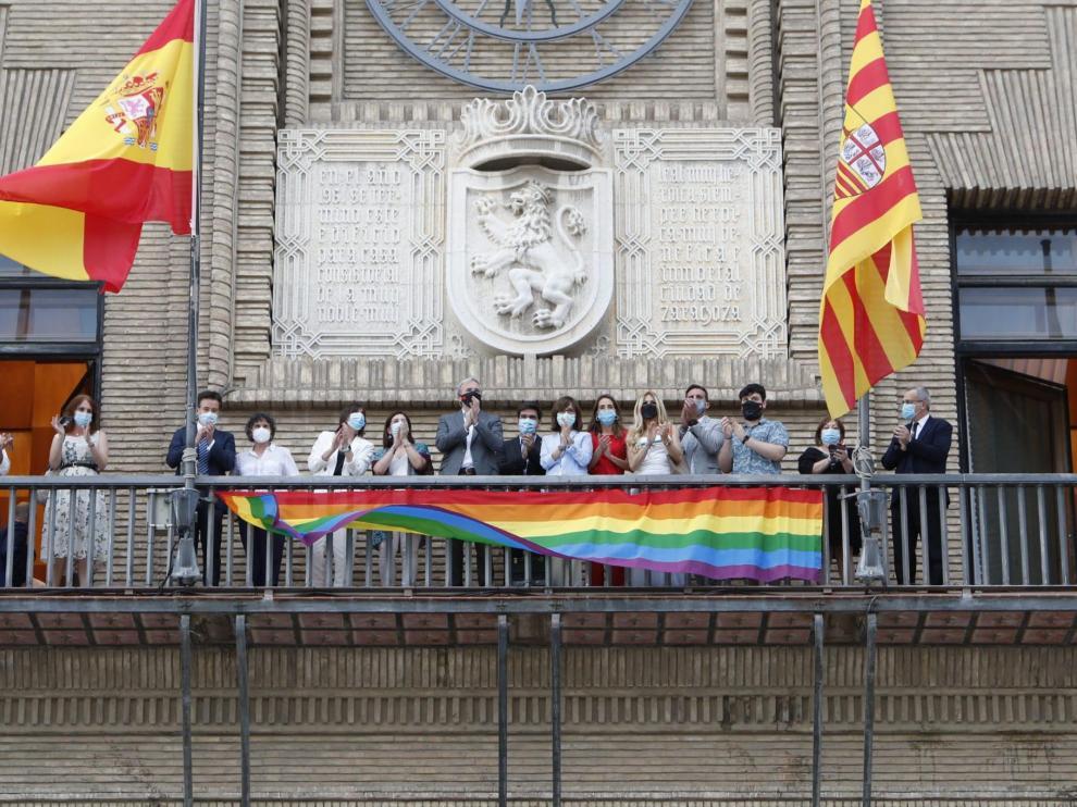 La bandera en el balcón del Consistorio zaragozano, en junio de 2020.