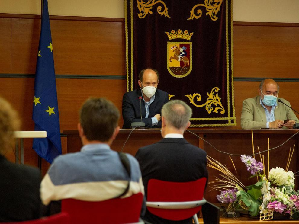 Ángel Pardillos, director de Estrategia e Innovación, y José Manuel Aranda, alcalde de Calatayud, durante la presentación del proyecto