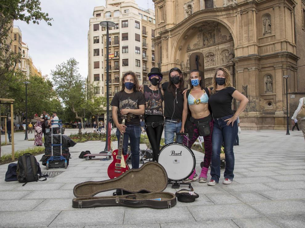 La banda local 'Scolopendra' tocando este jueves por la tarde en la plaza de Santa Engracia.