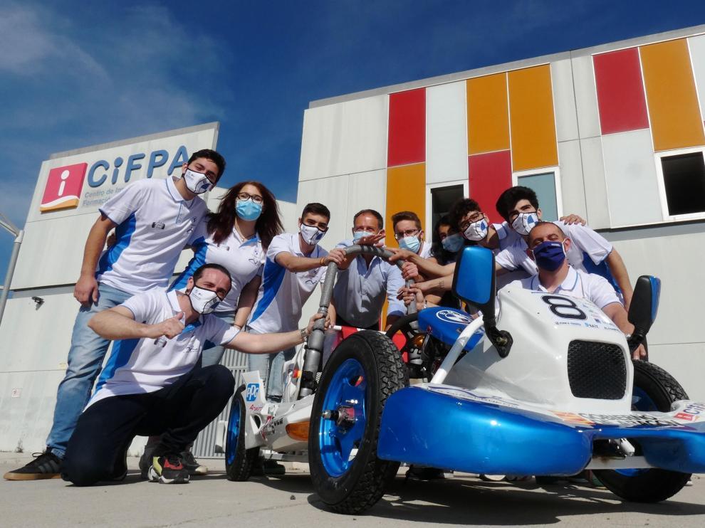 Presentación del equipo aragonés que irá a competir al campeonato de vehículos eléctricos, con el DG de Innovación y FP Toni Martínez.