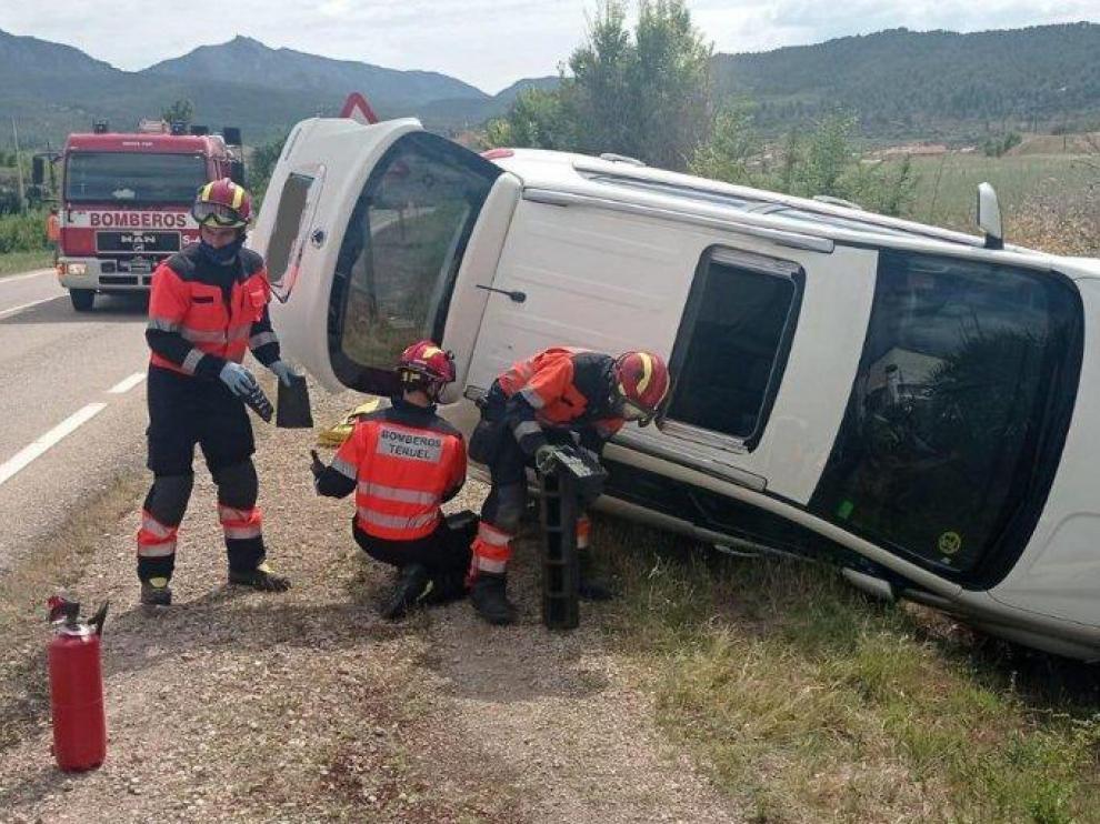 Efectivos del Parque de Alcañiz han excarcelado a una persona atrapada en el coche