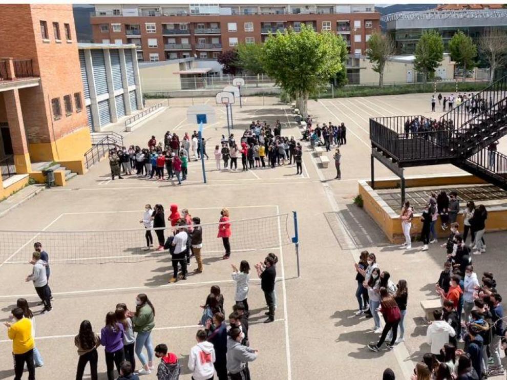 Los alumnos escucharon el manifiesto desde el patio