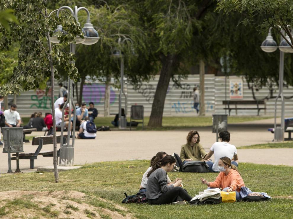Estudiantes en el campus de la plaza San Francisco, en Zaragoza.