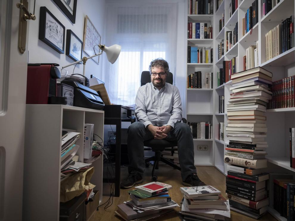 El escritor Sergio del Molino, en su domicilio zaragozano.