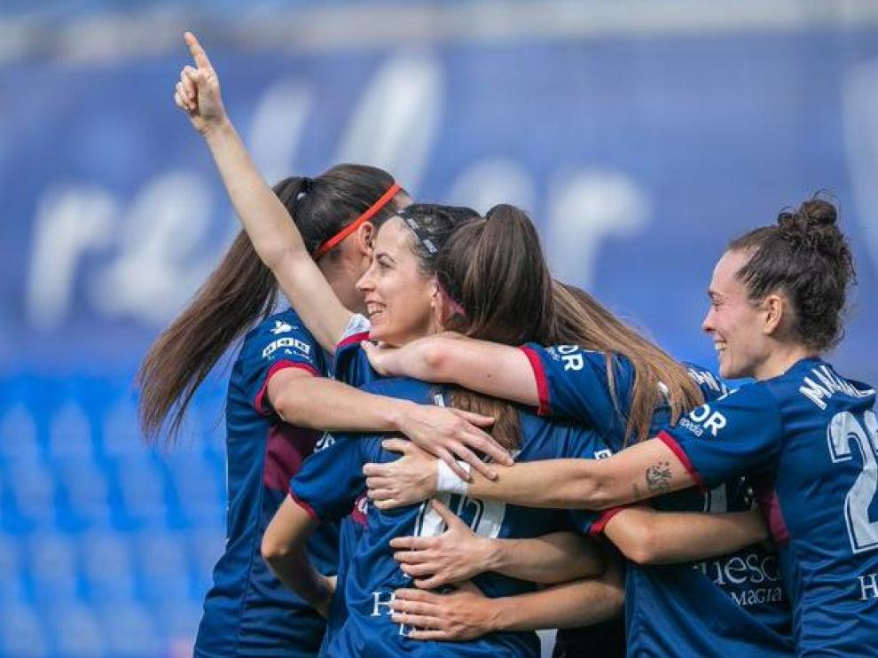 Las jugadoras de la SD Huesca celebran uno de sus cuatro goles.