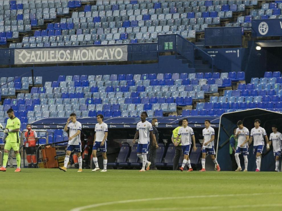 Los futbolistas del Real Zaragoza salen al campo de La Romareda para jugar el último partido ante el Leganés en esta temporada.