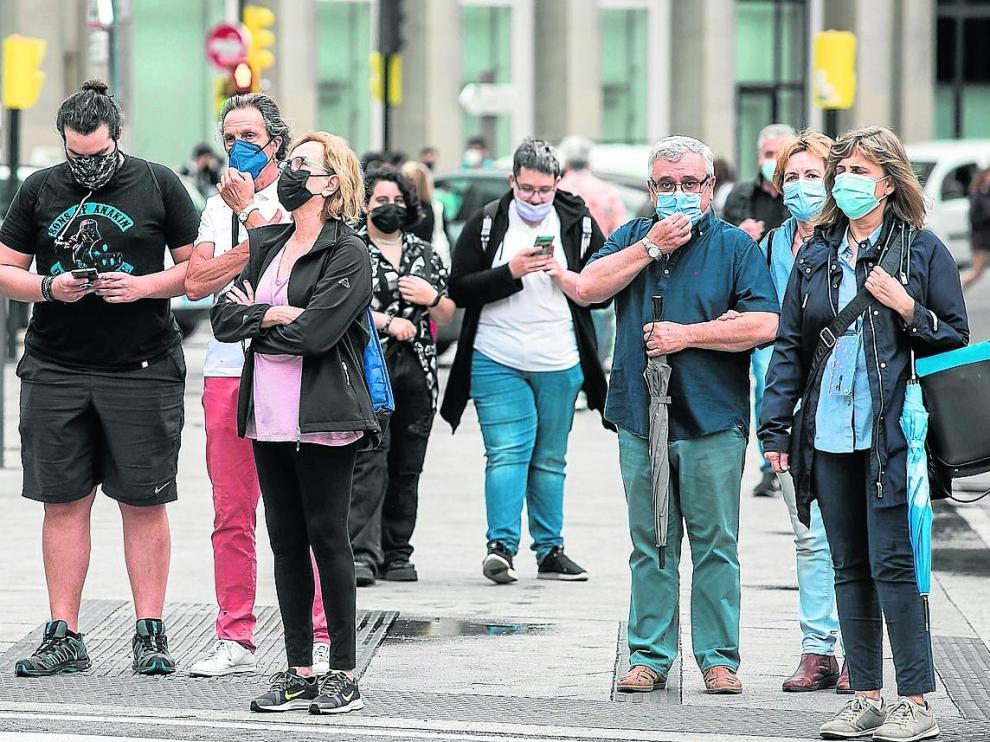 El posible final de la mascarilla en exteriores a partir de julio ha abierto un debate entre expertos, políticos y ciudadanos