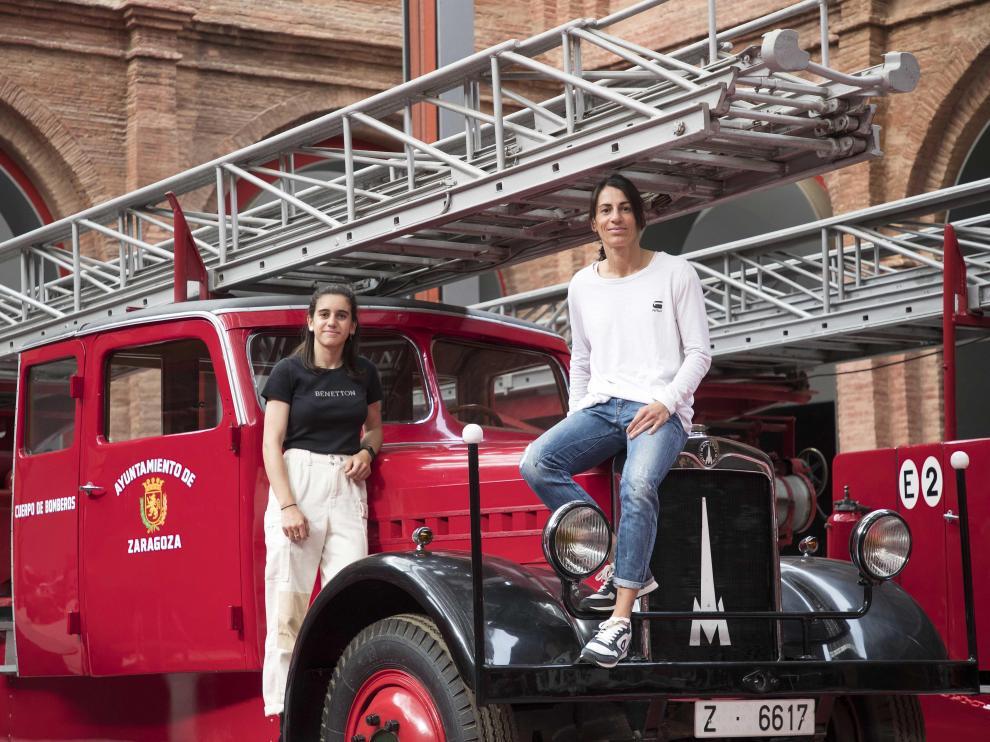 Las bomberas de percha Cristina Lafuente (izquierda) y Noemí Loma en el Museo del Fuego de Zaragoza.
