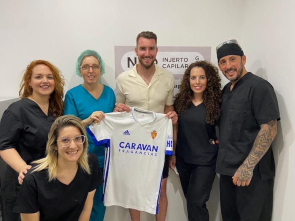 Mathieu Peybernes junto a la doctora Lourdes Moreno Carbonell y el resto de su equipo.