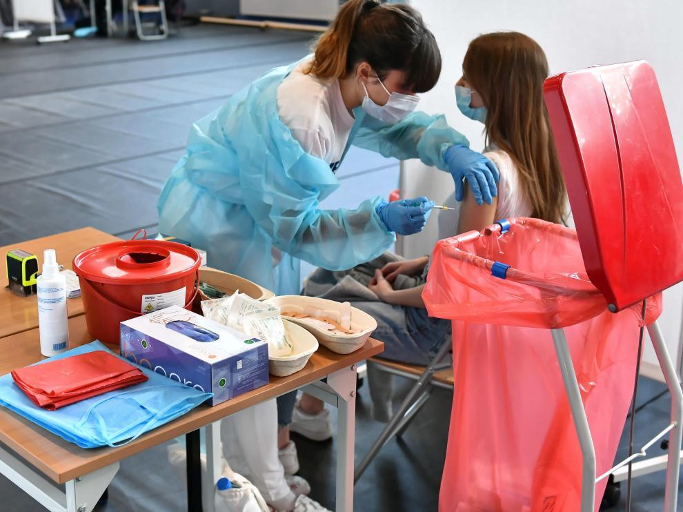 Una adolescente recibe la vacuna contra el coronavirus en un instituto polaco.