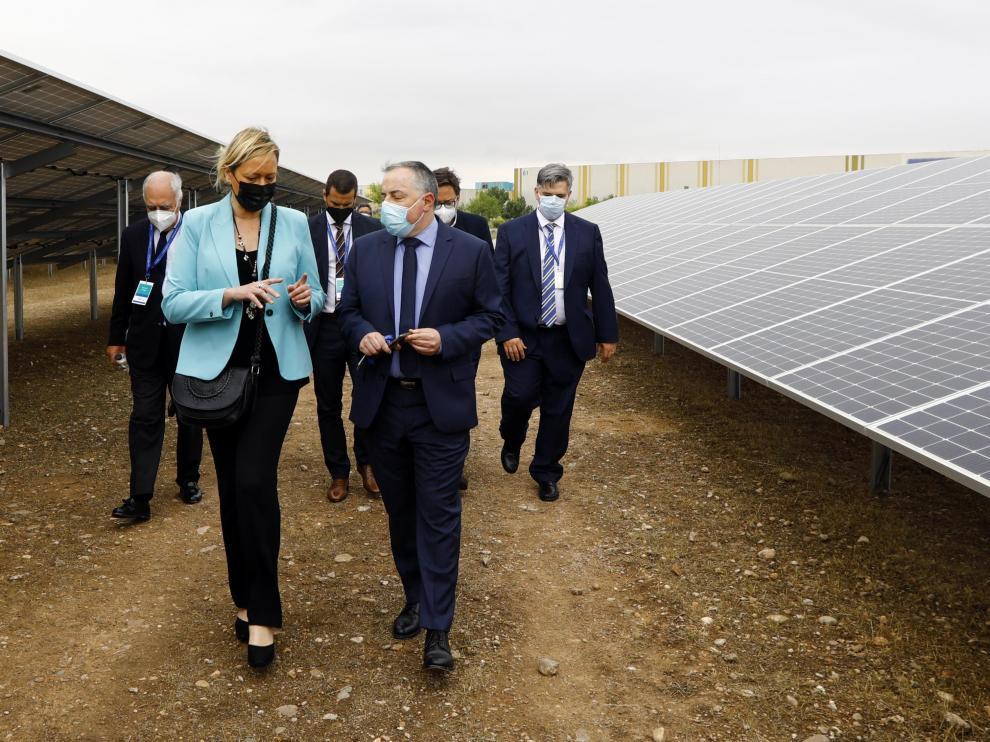 El director general de la planta de Figueruelas (grupo Stellantis) con la consejera de Economía Marta Gastón en la visita a las instalaciones del parque fotovoltaico instalado por la empresa Prosolia Energy