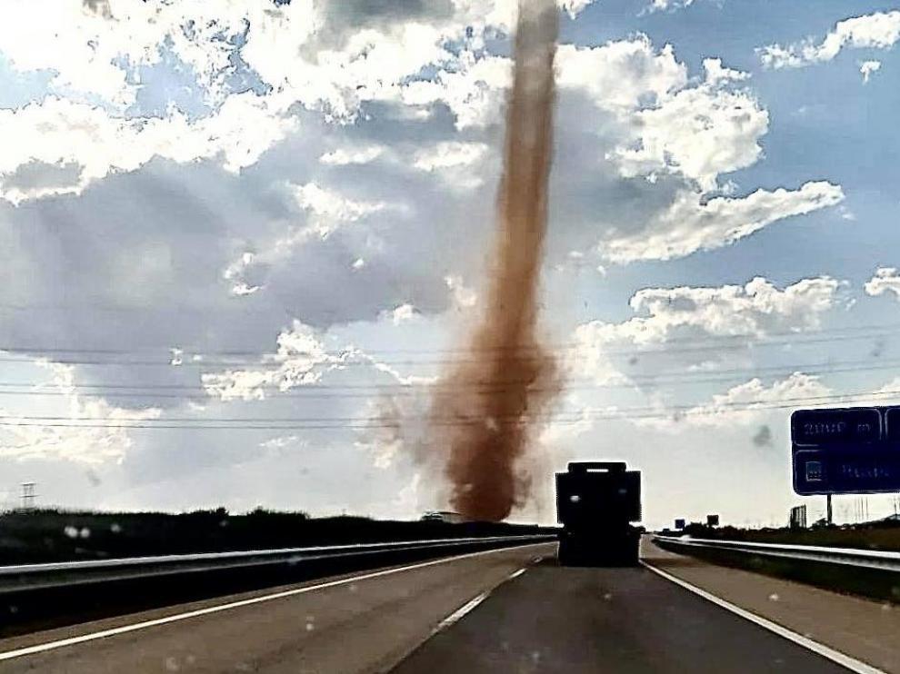 El tornado rozó la autovía a la altura de Caudé
