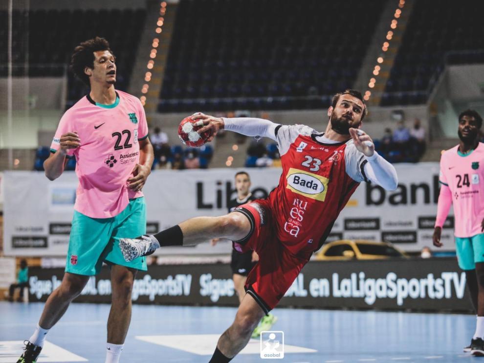 Rodrigo Benites realiza un lanzamiento durante la semifinal de la Copa Asobal.
