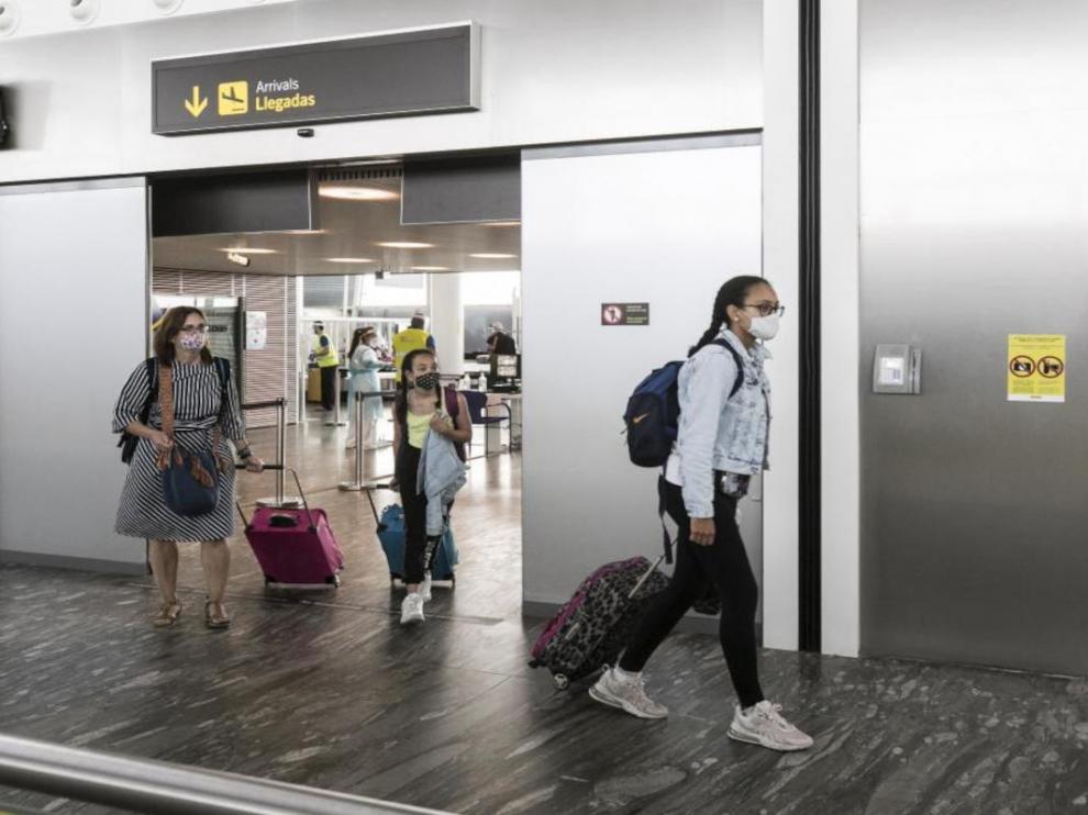 Viajeros en el aeropuerto de Zaragoza.
