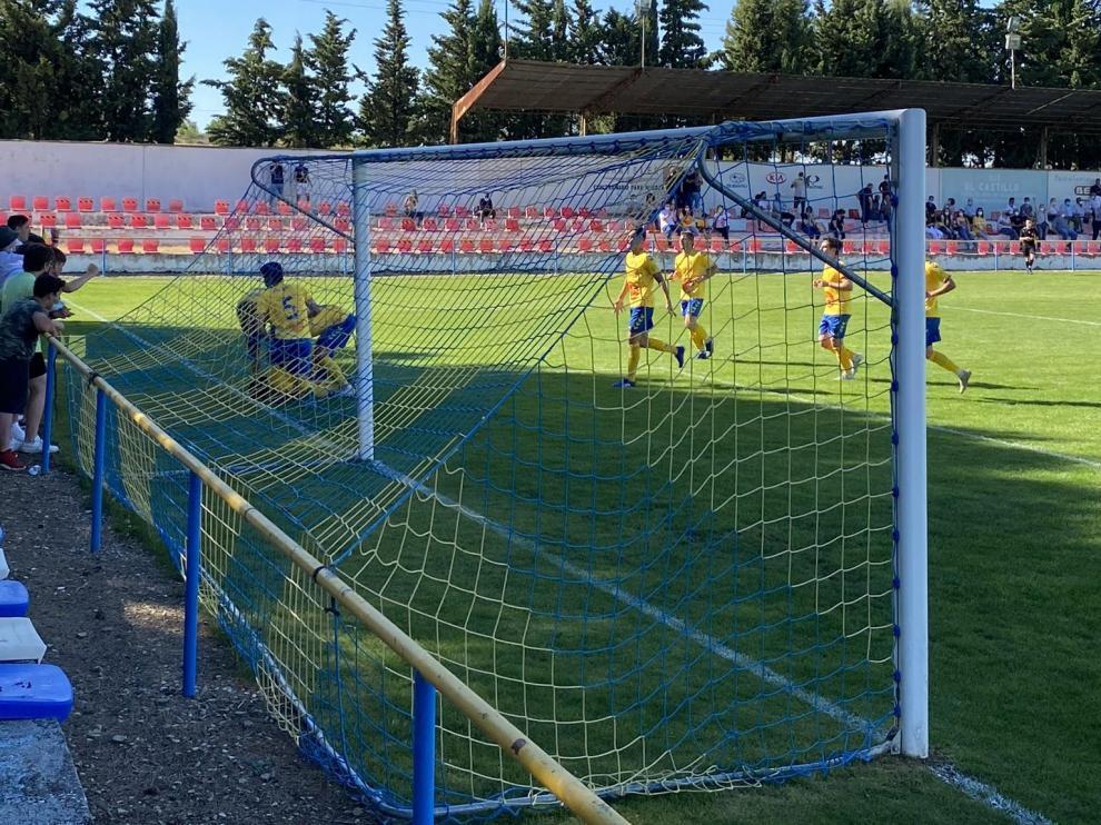 Imagen de los jugadores del Robres celebrando un gol en el partido frente al Cariñena.