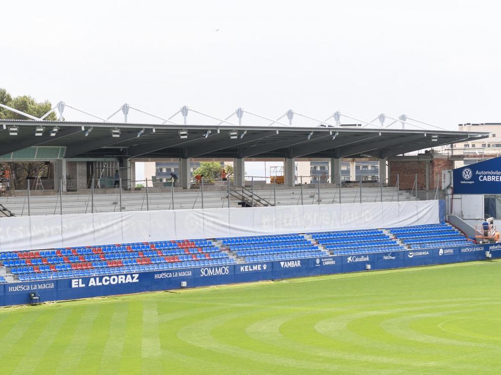 La tribuna de general de El Alcoraz ya luce su nuevo techado.