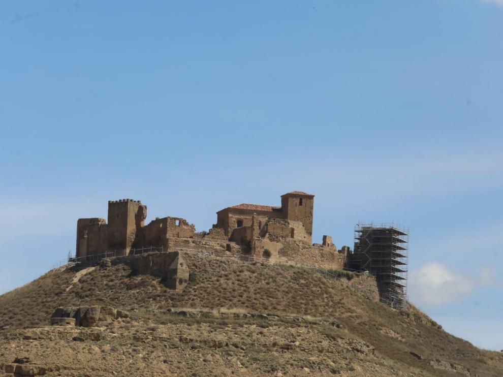 Una parte del castillo de Montearagón aparece cubierta de andamios.