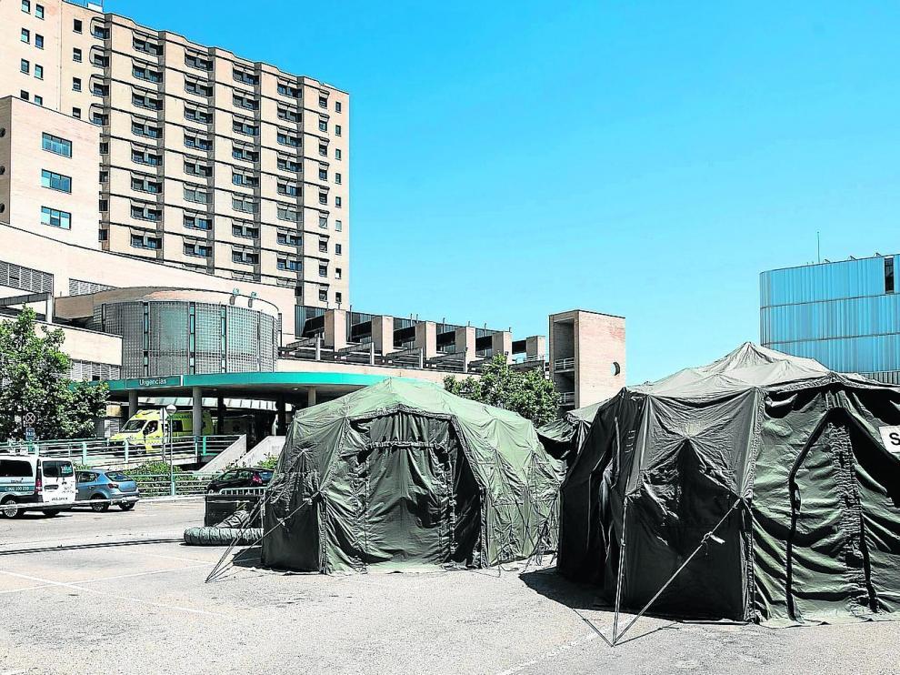 Las carpas del Ejército siguen montadas en la explanada del aparcamiento del servicio de Urgencias del Hospital Clínico Lozano Blesa de Zaragoza