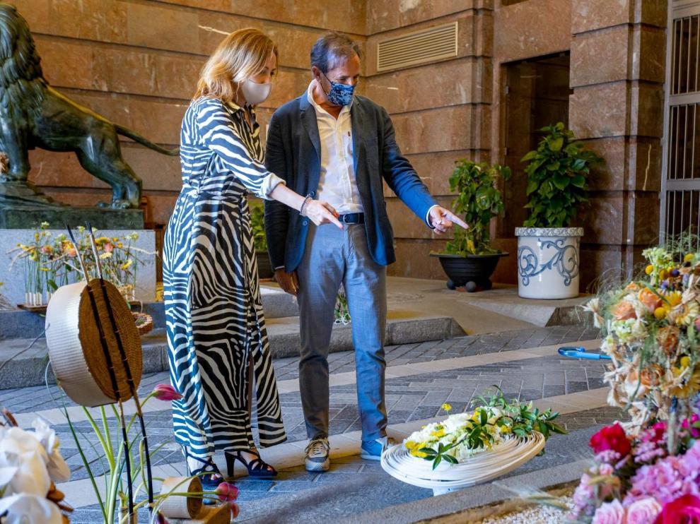 Natalia Chueca y Ángel Lorén reciben las creaciones florales en el Ayuntamiento de Zaragoza.