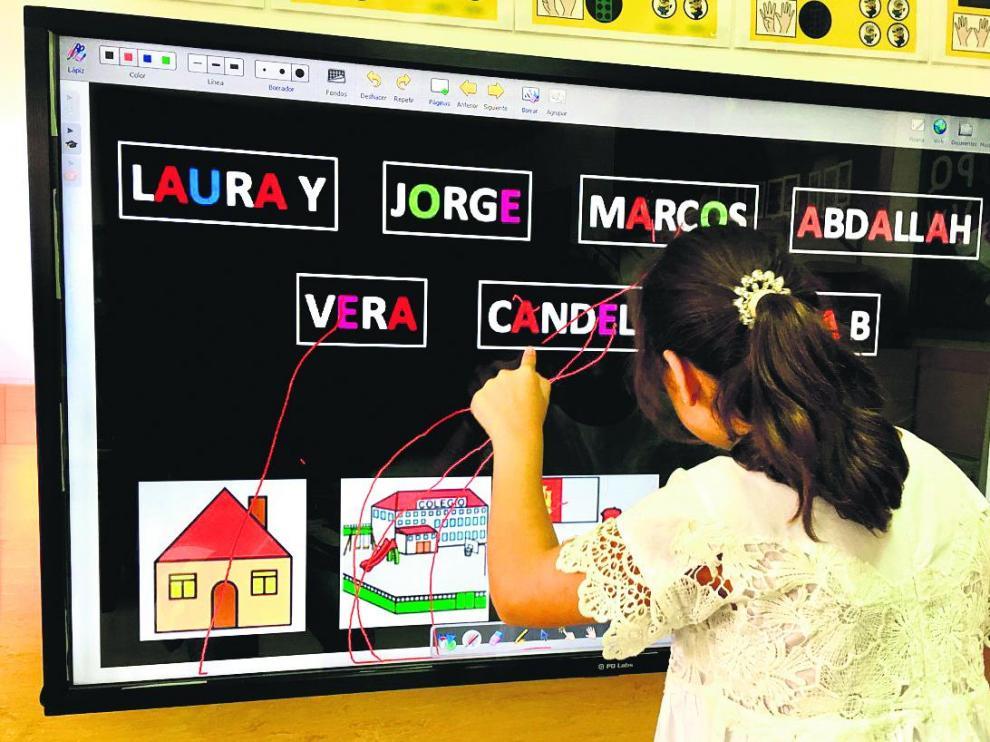 Laura, en su centro de educación especial, en el que recibe, con sus compañeros, la atención personalizada que necesita.