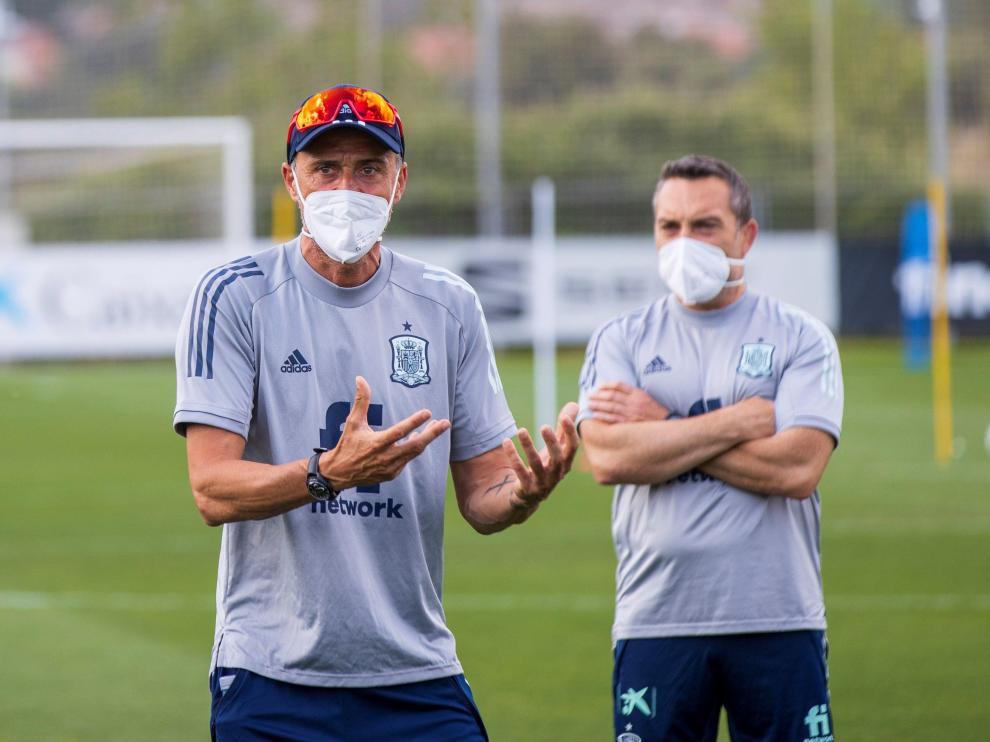 Luis Enrique, con mascarilla, este lunes en Las Rozas