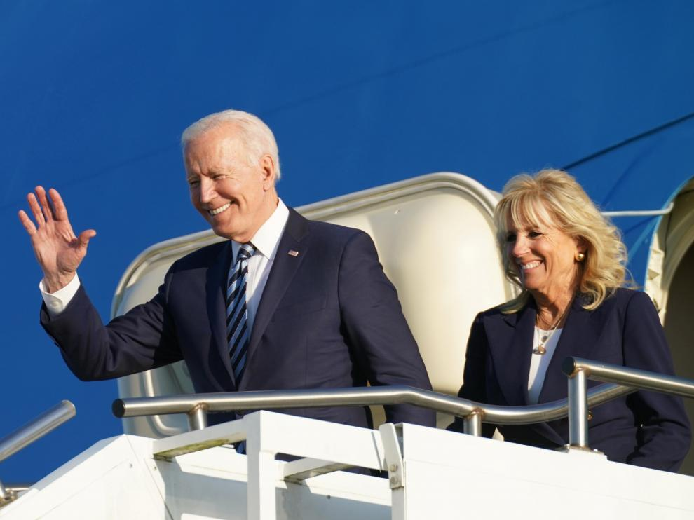 Joe Biden y su esposa, Jill, a su llegada este miércoles a la base área de la Royal Air Force en Mildenhall (Sufolk, Reino Unido)