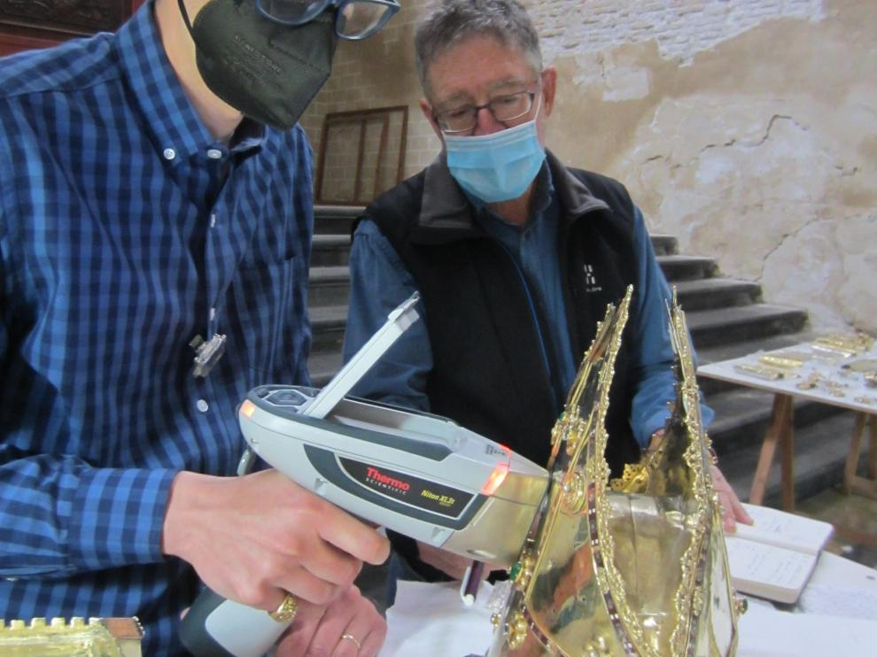 Los investigadores Pablo Martín Ramos y José Antonio Cuchí en el estudio de un relicario de la Seo de Zaragoza con el equipo de rayos X portátil.