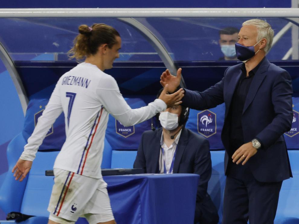 Antoine Griezmann saluda al seleccionador nacional francés, Didier Deschamps
