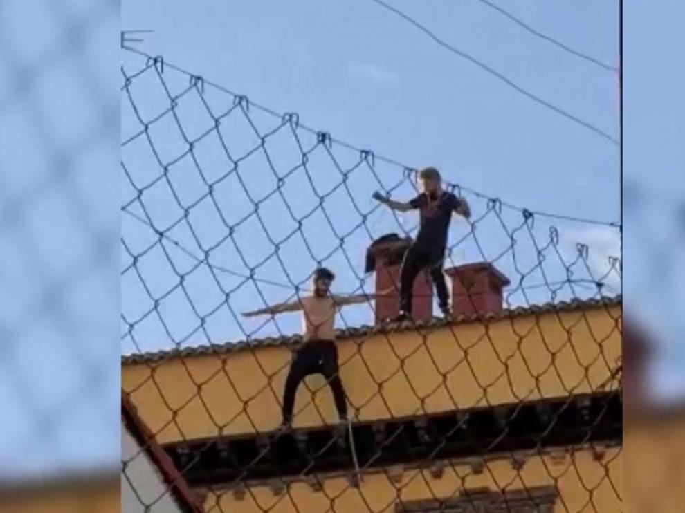 Dos de los acusados, bailando y haciendo caso omiso a la orden de la Policía para que bajaran del tejado.