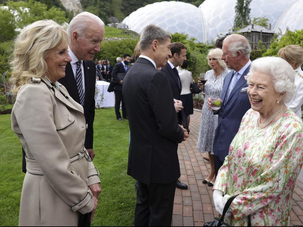 Isabel II charla con Joe y Jill Biden antes de la cena de gala que la reina de Inglaterra ofrece a los líderes del G-7