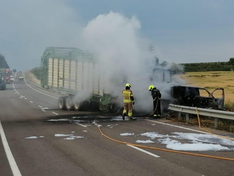 Los bomberos del parque de Sariñena de la DPH han tenido que sofocar el incendio de los dos vehículos.